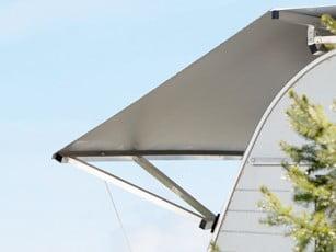 Stabiles Wohnwagen Schutzdach durch V-Stützen