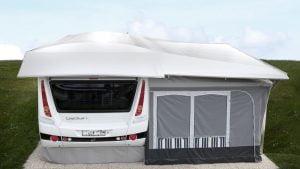 Wohnwagen mit Überdach
